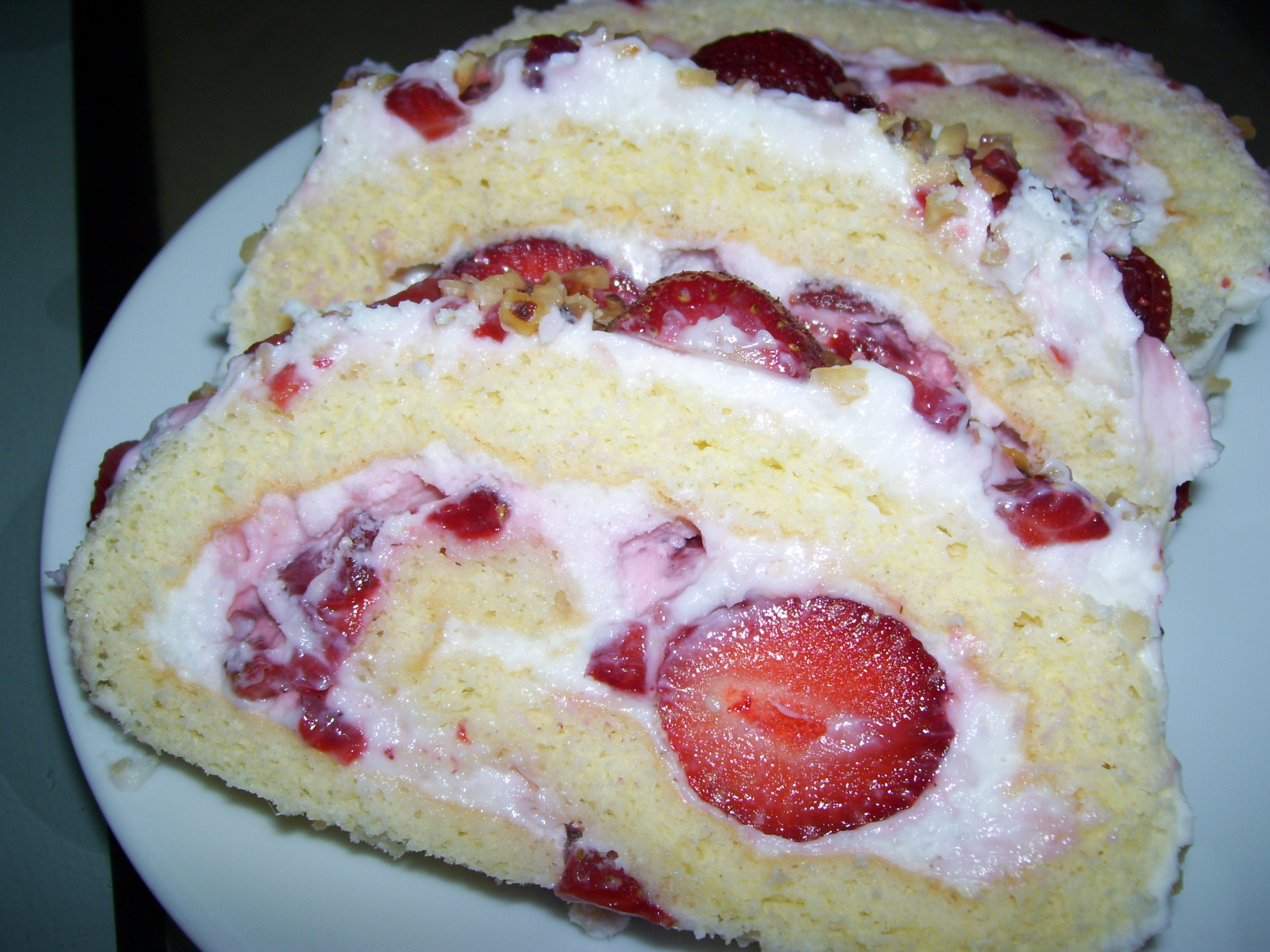 Çilekli Rulo Pasta Tarifi 5