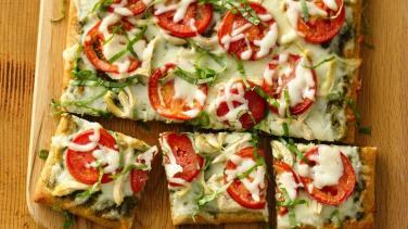 Fesleğen ve Pesto Soslu Ev Yapımı Pizza